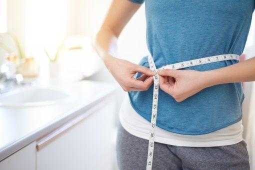 Une femme prend son tour de taille pendant un régime